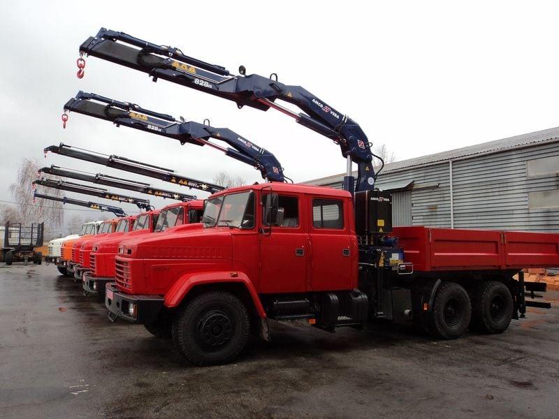 Производство и установка КМУ Крано-манипуляторное приспособление создано для установки на грузовую машину, которое должно выполнять такие задачи как транспортировка и погрузка. Мы занимаемся изготовлением и монтажом КМУ, так как одна погрузочная машина с данным устройством может заменить раздельное использование крана, грузовика и работников. Данная машина сама производит погрузку и затем везет продукцию к месту назначения. К тому же просто производить разгрузку, ведь с этой установкой не нужно иметь много свободного места. Плюсы применения Краны манипуляторы обладают в собственном составе стреловое спецоборудование, концепцию управления, аппаратуру для захвата багажа и основную раму. При сравнении данной техники с другой спецтехникой можно выделить несколько её достоинств. Такая техника мобильная и имеет хорошую маневренность, она компактна и обладает многими функциями. Груз перемещается точно и аккуратно, для разгрузки помехой не станет даже ограждение. Действия по погрузке и разгрузке проходят в самое короткое время. Благодаря тому, что грузы можно поддавать и через ограду они и стали широко известными, особенно на строительных площадках, когда груз можно поддавать прямо на этаж. Ключевым преимуществом КМУ считается то, что её можно установить абсолютно на любую грузовую машину. Разновидности Манипуляторные установки на основе троса это классическая конструкция схожа на стрелковый кран. В этой установке используется выдвижная стрела, которая при перевозке высоких грузов разворачивается и устанавливается над кабиной. Достоинства этого типа техники в том, что она может проводить операции ниже уровня земли, или соблюдая вертикальное положение. Второй тип гидравлические КМУ без троса, а стрела может не только выдвигаться, но и сгибаться и выворачиваться. Данные установки могут подымать очень весомые грузы, которые превосходят весом саму технику. Так как стрела формируется в фигуру Z, она дает возможность транспортировать товар любых габаритов. К тому же к ней можно в